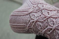 Nyt sattui käsiini tällainen unelma, väri kuin vaahtokarkki. Ohjeen olin jo aikoja sitten löytänyt ja tiesin sen täydellisesti sopivan ... Wool Socks, Knitting Socks, Knitted Hats, Diy Crochet And Knitting, Diy And Crafts, Projects To Try, Beanie, Koti, Color