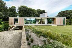 Remplacer un bungalow par une maison contemporaine de plain pied - Visit the website to see all pictures http://www.amenagementdesign.com/architecture/maison-contemporaine-plain-pied/