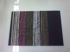 Tekstiililaboratoriossa erilaisten lankojen vertaaminen ja testaaminen.