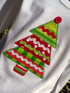 christmas tree shirt - fabric and ribbon. More elaborate & I like the button on the top Christmas Tree Dress, Christmas Tops, Christmas Shirts, Christmas Holidays, Christmas Ornaments, Christmas Clothes, Xmas, Christmas Applique, Christmas Sewing
