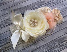 Tiara para bautizo en tonos durazno y beige.