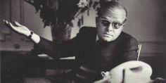Truman Capote no empezaba o terminaba un texto en viernes, se cambiaba de cuarto de hotel si el número de teléfono de ese cuarto contenía el número 13 y nunca dejaba más de tres colillas de cigarro en el cenicero, de hecho metía las que le sobraban en el bolsillo de su abrigo.