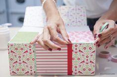 Per i lati esterni occorre realizzare un patchwork, utilizzando differenti carte colorate e ritagliando rettangoli più piccoli. I bordi vanno poi rifiniti con i washi tape, divertenti nastri adesivi colorati.
