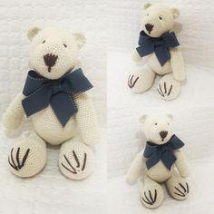 Urso em crochê medindo 38cm. Pode ser feito em outras cores.