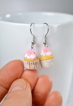 Petits cupcakes, boucles d'oreilles cupcakes, création en pâte polymère Fimo, création gourmande, idée cadeau originale, création polymère