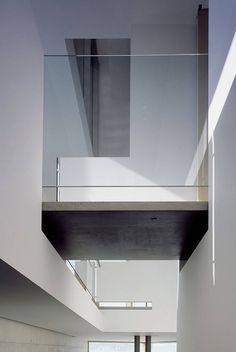 contrast material bridge--Casa ShawbyPatkau Architects.