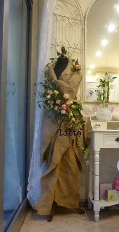 Iuta rose e litchi labucadellefatedi... - Lilli E - #Iuta #labucadellefatedi #Lilli #litchi #Rose Mannequin Christmas Tree, Dress Form Christmas Tree, Mannequin Display, Dress Form Mannequin, Deco Floral, Garden Shop, Flower Dresses, Jewellery Display, Floral Arrangements
