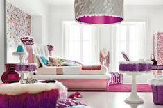 Lustre originale et lit confortable dans la chambre ado