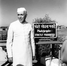 If you are an Indian, then you would know about Jawaharlal Nehru. He is one of the famous personalities of India. He was the one who took the lead after the independence of India and was the first prime minister on India. Rare Pictures, Historical Pictures, Rare Photos, Funny Pictures, Vintage Photographs, Vintage Photos, Om Namah Shivaya, Indira Ghandi, Childhood Images