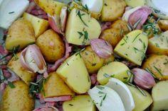 Ovengebakken aardappels met pancetta. We eten steeds minder aardappels. Zoete aardappels des te meer. Natuurlijk vind ik de zoete aardappel lekker. Maar die gewone Hollandse aardappel is ook heerlijk. Je kan met een paar ingrediënten aardappel tot een super gerechtje maken. Dit hussel je in een ovenschaal, de oven in en genieten maar. Kom maar op met die aardappel gerechtjes.(Bron: Bill's Italian Basics)