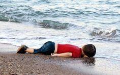 Immagini shock del bimbo morto sulla spiaggia Lui è solo sulla spiaggia, e i bimbi non sono mai soli sulla spiaggia e nemmeno quando chiudono gli occhi. Il mare lo accarezza come se ne avesse pietà dopo averlo strappato a una piccola barca e poi