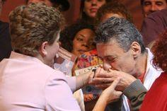 O cantor, compositor e escritor Chico Buarque é mais um reforço de peso na luta contra o golpe. O artista, um dos mais renomados do País, assinou um manifesto que condena o processo de impeachment da presidente, deflagrado na semana passada pelo presidente da Câmara, Eduardo Cunha (PMDB).  O manifesto contra o golpe está sendo organizado pelo teólogo e escrito Leonardo Boff e contará, ainda, com adesões de dezenas de intelectuais.
