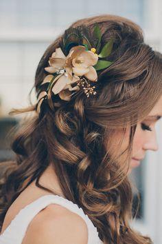 Un hermoso detalle floral en tonos otoñales junto con risos para capturar todas las miradas #Peinados #Bodas #Novias