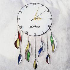 Ловец снов соединяет в себе красоту и разнообразие индейского стиля! А я добавила еще и новый функционал в виде часов! Суперполезная вещь!  #часы #стекло #витраж #тиффани #подарки #ловецснов #sova #artboxsova #artboxglass #stainedglass #glass #glassart #art
