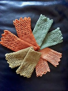 Lately, I& been gradually getting several pairs of arms .- In der letzten Zeit habe ich nach und nach mehrere Paar Armstulpen gestrickt. … Recently I have gradually knitted several pairs of arm warmers. * I found the instructions in a wool catalog … - Knitting Blogs, Knitting Socks, Knitting Stitches, Free Knitting, Knitting Patterns, Crochet Cross, Bead Crochet, Diy Crochet, Ideas