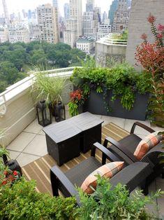 Balkon gestalten mit vielen Pflanzen und komfortablem Mobiliar