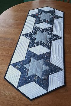 Quilted Table Runners Christmas, Patchwork Table Runner, Christmas Runner, Table Runner And Placemats, Table Runner Pattern, Christmas Quilting, Table Topper Patterns, Quilted Table Toppers, Quilting Projects