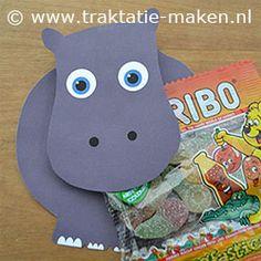 Traktatie Nijlpaard. Nodig: Werkblad, wasknijper, lijm, schaar. Traktatie zakje. Werkwijze: Print het werkblad en knip de onderdelen uit. Vouw de stippellijnen, besmeer de binnenkant in met lijm en plak deze op elkaar. Plak een wasknijper tussen de kop en lijf. Klem de traktatie in de wasknijper. http://www.traktatie-maken.nl/traktatie-maken-img/werktekening/nijlpaard.pdf