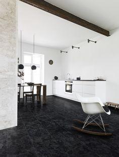 Pvc vloer tegels donker grijs / zwart. Geschikt voor alle ruimten zoals de badkamer, woonkamer, keuken of slaapkamer. Past zowel in een modern interieur als een industrieel Interieur. Geschikt voor vloerverwarming. Bestel tot 6 gratis vloerstalen op onze website.  #pvcvloer #pvc #vloer #badkamer #woonkamer #keuken #tegels #klik #licht #donker #zwart #grijs Dark slate Strak, luxueus en hygiënisch oogt deze leistenen vloer. Het geeft een sprekend contrast met lichte meubelen.
