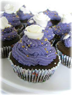 Кап-кейки со сливочно-сырным кремом, украшением из мастики и кондитерких бусен.