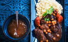 Marokkolainen lihapata Marokkolainen lihapata maustetaan marokkolaisittain kukkaisella ras el hanout -mausteseoksella ja luumuilla. Maukas lihapata kypsenetään hitaasti uunissa. Voit tehdä padan tavallisessa tai tagine-padassa. 1. Nosta liha huoneenlämpöön noin tuntia ennen kypsentämistä. Leikkaa liha reiluiksi kuutioiksi. Kuori ja paloittele porkkanat ja punasipuli lohkoiksi. Kuori valkosipulinkynnet. Ruskista ensin lihat pannulla kahdessa erässä. Lisääloppulihojen joukkoon porkkanat…
