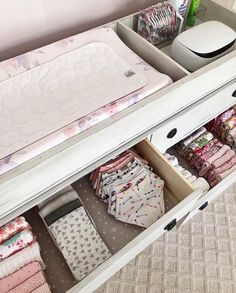 NEAT Method- enfants, chambres d& conception de chambres d& enfants modernes, design moderne, . Baby Dresser Organization, Kids Room Organization, Changing Table Organization, Baby Room Design, Baby Room Decor, Nursery Design, Playroom Design, Playroom Ideas, Girl Nursery