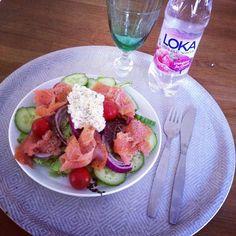 sallad, gurka, tomat, avokado, rödlök, lax, keso blandat med turkisk yoghurt, lime, salt, och peppar