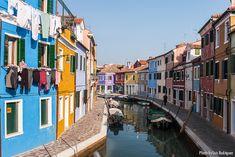 Preciosos canales en Burano, cerca de Venecia (Italia).