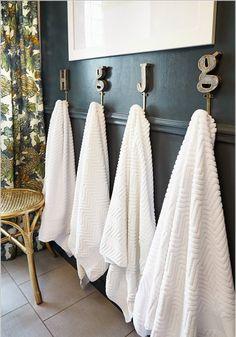 Ganchos com identificação para toalhas de banho.