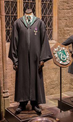 A boy's Slytherin school uniform. Mode Harry Potter, Harry Potter Dolls, Harry Potter Girl, Harry Potter Outfits, Hogwarts Robes, Hogwarts Uniform, Fans D'harry Potter, Nerd Chic, Movie Costumes