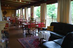 La salle de restaurant avec vue sur la campagne