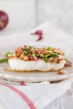 Cod with a fresh and crunchy sauce Dutch Recipes, Fish Recipes, Seafood Recipes, I Want Food, Love Food, Fast Food, Fish Dishes, Mediterranean Recipes, Recipes