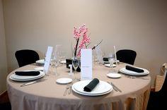 Estovalles cru-torrat combinat amb fundes i tovallons negres. www.eventosycompromiso.com