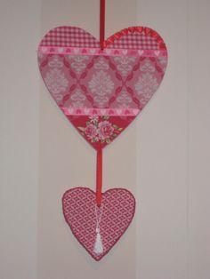 Een houten hart bekleed met stof en lint