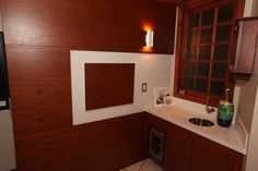 Cozinha com móveis em madeira. RABISCO ARQUITETURA #cozinha #interiores #arquitetura #arte #art #kitchen #funcional #gesso #sofa #tv #texture #modern #moderno #metal #iluminaçãoexterna #rabisco #madeira #wood #clean #granito #piso #contemporanea #adesivado #parede #wall #world #swan #jantar #cadeira #quadro #decoração #decore #bancada #integração #integrado #ambiente #escada #stair #fogão #forno
