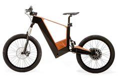 Piace perché mischia materiali e stili, a livello di colpo d'occhio è molto accattivante. È la bici elettrica disegnata dai designer tedeschi Tom Mudra e Hans-Tobias Schicktanz. Legno, carbonio e acciaio con un'impostazione da mountain bike. Peccato che non si pedali!