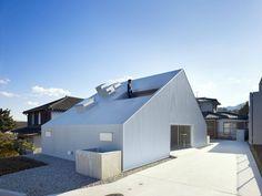 這是建築師 塩塚隆生 的作品「曇りの家」,位於大分縣大分市的木造二階住宅,以大角度的屋根設計呈現三角形體矗立於大分市的郊外,這裡是田地和住宅混合的區域,周圍相當空曠擁有極好視野,設計者想要創造出極為開放的空間感,並以材質選用讓建物呈現透明和質感,讓更多生活體驗在此能被創造。 via 株式会社塩塚隆生アトリエ
