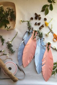 we crafted this super easy Feather paper party garland in just 10 minutes!an easy party diy. Homemade Party Decorations, Paper Party Decorations, Diy Birthday Decorations, Paper Garlands, Garden Decoration Party, Diy Party Garland, Boho Garden Party, Crepe Paper Streamers, Garden Parties
