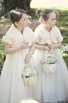 Ook bij de kleintjes staat de wintermode super leuk en schattig! #winterwedding #flowergirl #DeLandgoederij http://kerryannduffy.com/