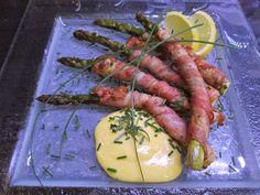 Tinskun keittiössä ja Tyynen kaa: Pekoniin käärittyä parsaa ja helppo hollandaisekastike