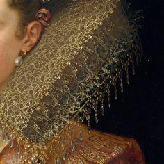 Particolare di opere, seconda parte. Franz Pourbus il Giovane: Margherita Gonzaga, duchessa di Lorena (figlia di Vincenzo, sposa di Enrico di Lorena nel 1606). Olio su tela, 1600 circa. Cm 92,7 x 69,2. The Metropolitan Museum of Art, New York. Una gorgiera fantastica, meravigliosamente elaborata a tombolo e di un'insolito color nocciola, con appesi nella parte finale piccolissimi fiori e gocce di cristalli: una rigida e splendida costruzione, da immortalare in un dipinto.