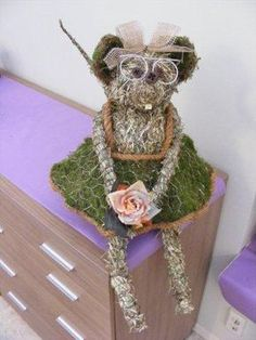 DIY mouse from chicken wire, moss and straw Christmas Trends, Nordic Christmas, Spring Animals, Succulent Wreath, Chicken Wire, Arte Floral, Nature Crafts, Fall Diy, Flower Tutorial