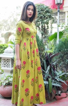 Olive Green Muslin Peated Long Kurti with Floral Print Frock Fashion, Fashion Dresses, Fasion, Party Wear Maxi Dresses, Casual Dresses, Dress Neck Designs, Blouse Designs, Kurtha Designs, Frocks And Gowns