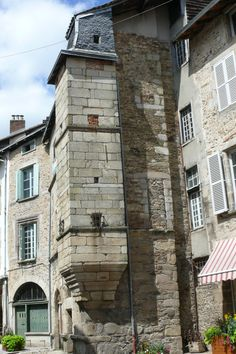 Image from http://upload.wikimedia.org/wikipedia/commons/2/29/Saint_L%C3%A9onard_de_Noblat_-_tour_carr%C3%A9e_reposant_sur_un_culot.JPG.