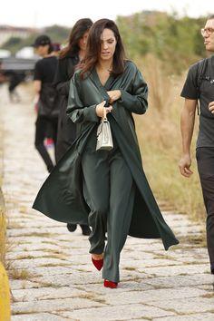 Mix de estampas, looks monocromáticos, veludo - o tecido do momento no inverno europeu- e fashionistas brasileiras: vejaa seguir o street style dos dos primeiros dias da temporada de moda de Milão para o Verão 2017.