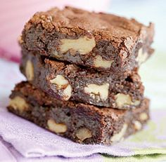 Baking Brownies: How To Make Them Cakey, Chewy, or Fudgy - How-To - FineCooking Brownie Toppings, Brownie Bar, Brownie Recipes, Köstliche Desserts, Delicious Desserts, Dessert Recipes, Yummy Food, Yummy Eats, Chocolate Desserts