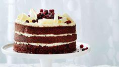Red velvet kakku on punainen amerikkalainen kakku, jossa on valkoinen tuorejuustotäyte.