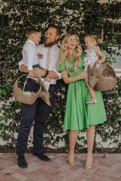 - Barefoot Blonde by Amber Fillerup Clark sunday outfit Easter Sunday! - Barefoot Blonde by Amber Fillerup Clark Family Picture Outfits, Family Photos, Family Posing, Family Portraits, Cute Family, Fall Family, Family Goals, Beautiful Family, Couple Goals
