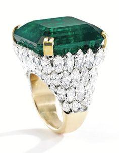 Lot 419 2 - MAGNIFICENT PLATINUM, 18 KARAT GOLD, EMERALD AND DIAMOND RING