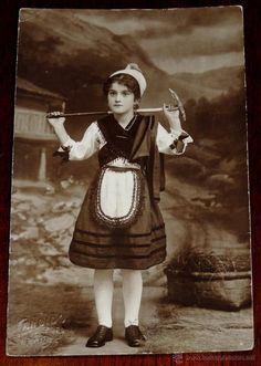 FOTO POSTAL DE NIÑA CON TRAJE DE ASTURIANA, FOTOGRAFIA DE CANDIDO EN LLANES (ASTURIAS), DEDICADA EN (Postales - España - Asturias Antigua (hasta 1.939))
